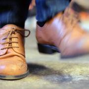 Zwei abgewetzte Tanzschuhe in dynamischer Bewegung. Szene aus den Dreharbeiten für die Traditional Irish Dance Performerin Edwina Guckian. Für sie hat die Filmproduktion Karlsruhe mp-film ein Online Video Tutorial realisiert.