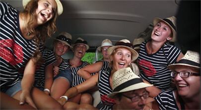 Screenshot vom Eventfilm der Filmproduktion Karlsruhe mp-film. Eine Mercedes-Benz V-Klasse voller Frauen. Bild auf der Seite Portfolio.