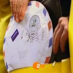 Screenshot aus einem Werbespot der Filmproduktion Karlsruhe mp-film für das ZDF. Die Hand einer Briefträgerin zieht einen runden Brief aus ihrer Brieftasche. Bild auf der Seite Portfolio.
