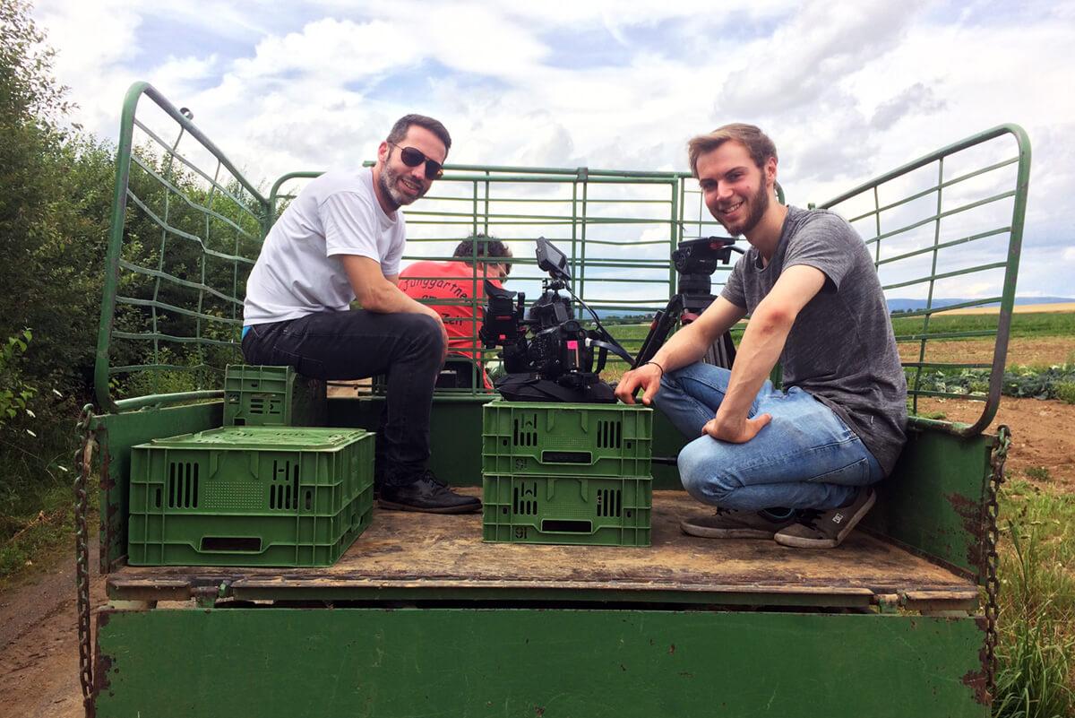 Per Pickup Truck über die Felder die mp-film Filmproduktion Karlsruhe bei Dreharbeiten für Metro