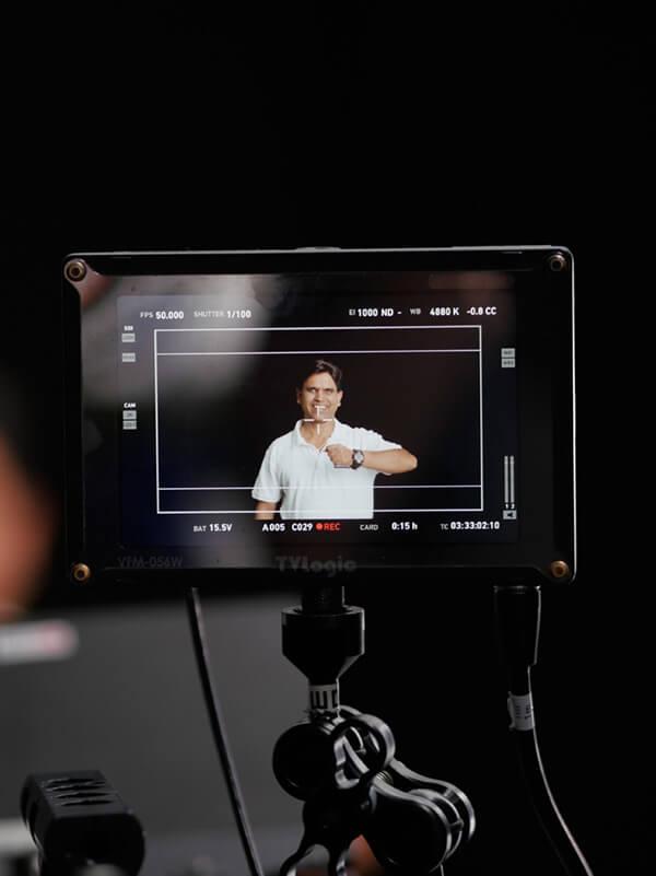 mp-film unterwegs für Dreharbeiten für Faurecia Interior Systems ein Mitarbeiter des Unternehmens ist auf einem Monitor zu sehen