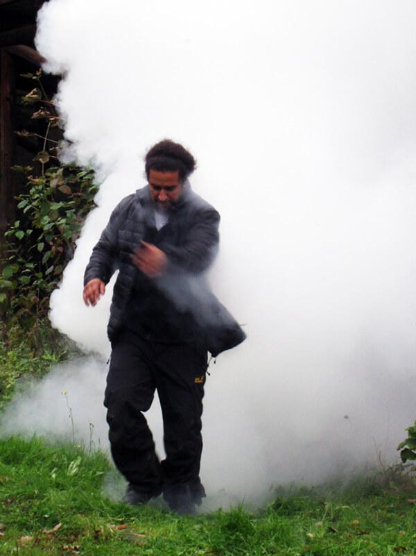 Viel Rauch bei den Dreharbeiten der Filmproduktion Karlsruhe für das Fraunhofer IOSB Kameramann Babak Asgari steht mit im Qualm der Nebelmaschine