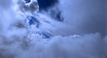 Flug durch weiße Wolken. Die Sonne scheint hindurch und blauer Himmel ist zu sehen. Bild auf der Seite Portfolio. Der Erklärfilm der Filmproduktion Karlsruhe mp-film für das Staatliche Museum für Naturkunde Karlsruhe beschäftigt sich mit der Forschung und Wissenschaft zum Thema Klima.