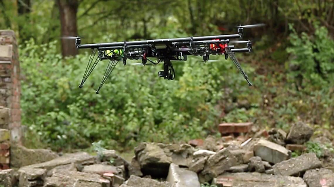 Katastrophenschutz - eine Drohne fliegt über einem kollabierten Gebäude. Der Screenshot stammt aus einem Imagefilm der filmproduktion Karlsruhe mp-film für das Forschungsprojekt Seneka des Fraunhofer Instituts in Karlsruhe