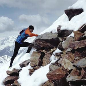 Ein Skyrunner läuft einen Berghang hinauf. Dreharbeiten der mp-film filmproduktion karlsruhe für einen Eventfilm der Faurecia Innenraum Systeme