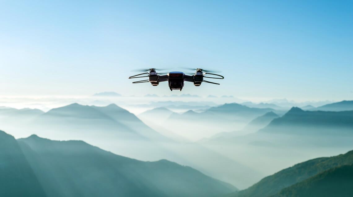 Drohne im Flug über einer Berglandschaft