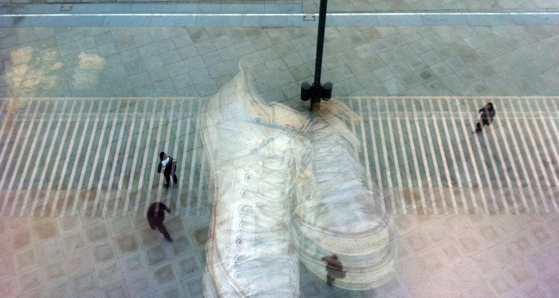 Filmproduktion Karlsruhe halbtransparente Füße Fußgänger im Hintergrund