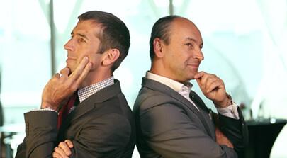 Das Bild zwei Bankmanager lehnen Rücken an Rücken. Schnappschuss zu dem Eventfilm der Filmproduktion Karlsruhe mp-film für das Unternehmen M&G Investments Jahreskonferenz 2015