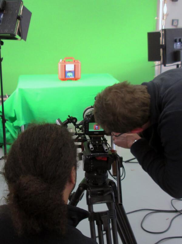 Ein roter Koffer vor einem Green Screen mp-film Filmproduktion Karlsruhe bei Dreharbeiten für das Fraunhofer IOSB