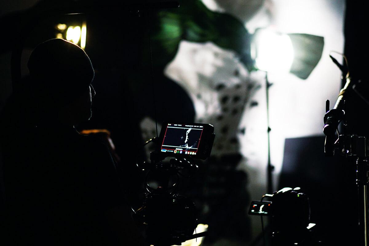 Dunkles Studio ein Kameradisplay leuchtet und der Schatten eines Kameramannes ist zu sehen Dreharbeiten der Filmproduktion Karlsruhe mp-film mit dem Blindenfußballer Mulgheta Russom