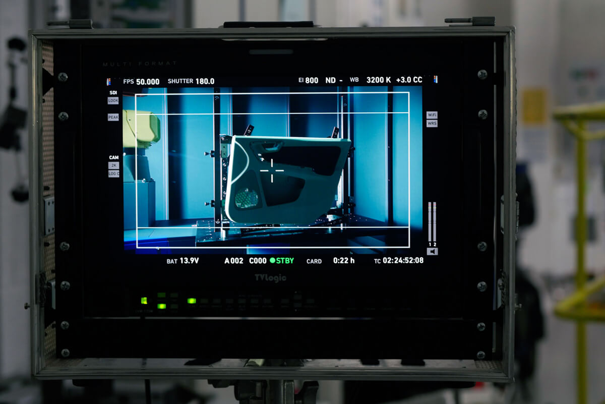 Eventfilm Dreharbeiten der mp-film Filmproduktion Karlsruhe bei Faurecia Innenraum Systeme eine Autotür wird per Laser abgetastet