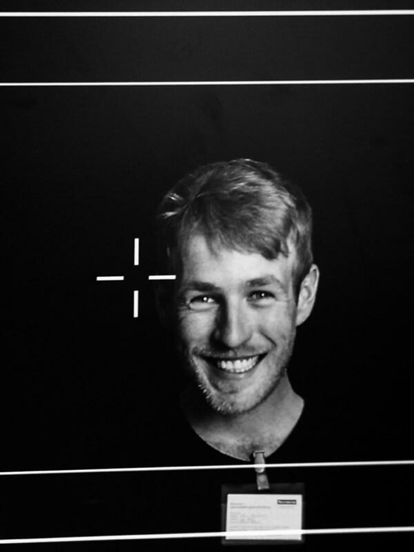 Schwarz-weiß Screenshot eines Teammitglieds der Filmproduktion Karlsruhe mp-film bei Faurecia Innenraum Systeme