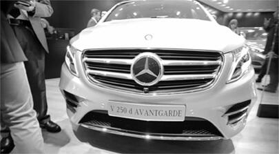 Bildfüllend von vorne ist eine Mercedes-Benz V-Klasse 250 d zu sehen. Screenshot von der IAA 2015 aus einem Eventfilm der Filmproduktion Karlsruhe mp-film. Bild auf der Seite Portfolio.