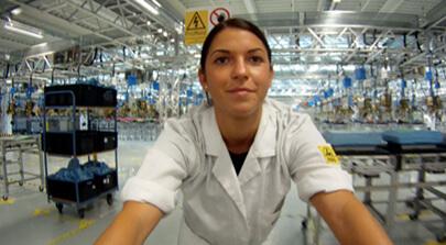 Bild auf der Seite Portfolio. Portrait einer Mitarbeiterin der SMA Solartechnologie die in der modernen Produktionsanlage der Firma arbeitet. Imagefilm der Filmproduktion Karlsruhe mp-film für das Unternehmen.